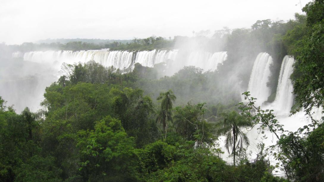 Nuestros voluntarios en Argentina visitan las Cataratas del Iguazú en su tiempo libre.